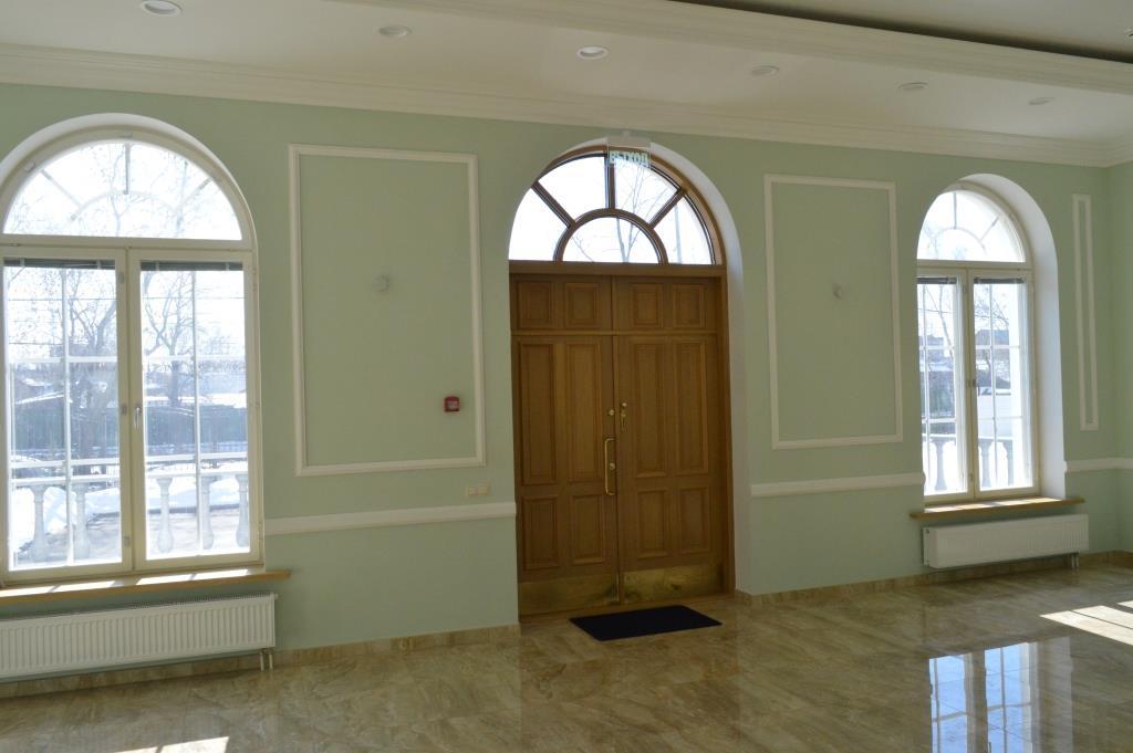 арочное окно над входной дверью